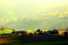 Несколько домов в полях с живописным взглядом на заднем плане стоковые фотографии rf