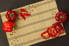 Несколько зрелых красных перцев сладостные и горохи горячих и перца на napk Стоковое Фото
