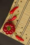 Несколько зрелых красных перцев сладостные и горохи горячих и перца на napk Стоковая Фотография RF