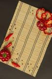 Несколько зрелых красных перцев сладостные и горохи горячих и перца на napk Стоковое фото RF