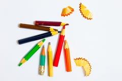 Несколько карандаши и shavings года сбора винограда на белизне Стоковые Изображения RF