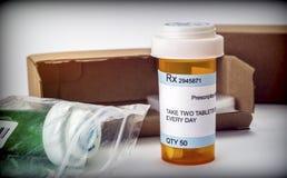Несколько коробок с медицинами в интерьере под медицинским рецептом стоковое фото rf