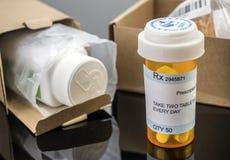 Несколько коробок с медицинами в интерьере под рецептом медицинским, стоковая фотография