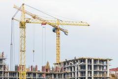 Несколько краны и зданий против голубого неба Строительная площадка структуры hightower абстрактная конструкция Стоковые Изображения