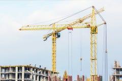 Несколько краны и зданий против голубого неба Строительная площадка структуры hightower абстрактная конструкция Стоковая Фотография RF