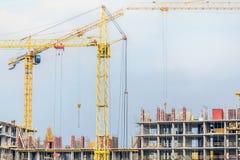 Несколько краны и зданий против голубого неба Строительная площадка структуры hightower абстрактная конструкция Стоковые Фотографии RF