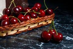 Несколько красных сладостных вишен на таблице Свежая органическая вишня внутри Стоковое фото RF