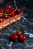 Несколько красных сладостных вишен на таблице Свежая органическая вишня внутри Стоковое Изображение RF