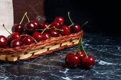 Несколько красных сладостных вишен на таблице Свежая органическая вишня внутри Стоковая Фотография RF