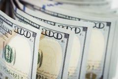 Несколько куча новых 100 счетов доллара США на таблице конец Стоковые Фото