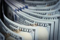 Несколько куча новых 100 счетов доллара США на таблице конец Стоковое Изображение