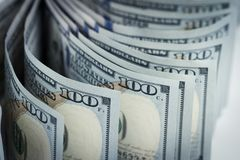 Несколько куча новых 100 счетов доллара США на таблице конец Стоковая Фотография