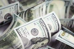 Несколько куча новых 100 счетов доллара США на таблице конец Стоковое Изображение RF