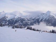 Несколько лыжников в высокогорном пейзаже стоковое изображение