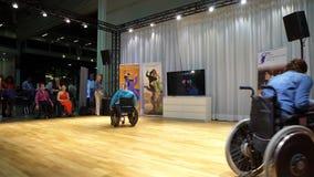 Несколько люди с ограниченными возможностями в кресло-колясках танцует сток-видео