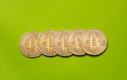 Несколько монеток bitcoin на зеленой предпосылке - изображении стоковые изображения