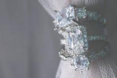 Несколько обручальных колец свадьбы диаманта точные ювелирные изделия стоковая фотография