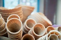 Несколько пустых свежих чашек корнета конуса мороженого вафли Стоковое Изображение RF