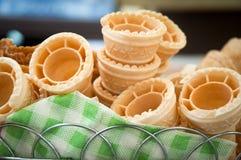 Несколько пустых свежих чашек корнета конуса мороженого вафли Стоковые Изображения