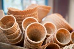 Несколько пустых свежих чашек корнета конуса мороженого вафли Стоковое Фото