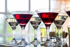 Несколько стекел известного коктеиля Мартини стоят на таблице бара Стоковое Изображение
