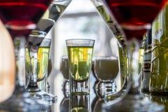 Несколько стекел известного коктеиля Мартини стоят на таблице бара Стоковая Фотография RF