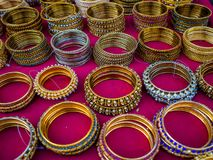 Несколько традиционных индийских bangles или armbands на рынке в Джодхпуре, Раджастхане, Индии Стоковое Фото