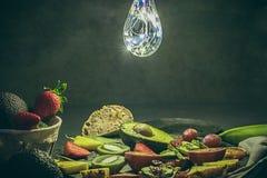 Несколько тропических плодоовощей плодоовощ авокадоов, ананаса, клубник, киви, апельсинов крови, свежих, органических и ультрамод стоковая фотография