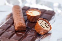 Несколько частей шоколада лож разнообразия сладостно-горькой на серебряной бумаге стоковое фото rf