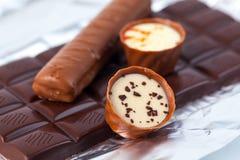 Несколько частей шоколада лож разнообразия сладостно-горькой на серебряной бумаге стоковые изображения