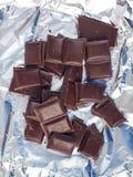 Несколько частей шоколада лож разнообразия сладостно-горькой на серебряной бумаге стоковая фотография rf