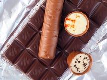 Несколько частей шоколада лож разнообразия сладостно-горькой на серебряной бумаге стоковое изображение