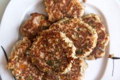 Нескольк мясо зажарило котлеты на плите, еду бургеров, мясное блюдо Стоковые Фотографии RF