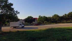 Несколько автомобилей двигая вдоль дороги деревни видеоматериал
