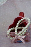 Несколько белых браслетов на красной чашке в форме сердца Стоковая Фотография RF