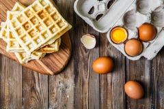 Несколько бельгийских waffles с яичками Стоковое Фото