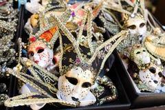 Несколько венецианских маск проданных в рынке Стоковые Изображения RF