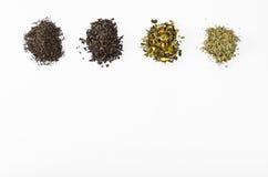 Несколько видов листьев чая чернят предпосылку зеленого собрания различную белую Стоковые Фотографии RF