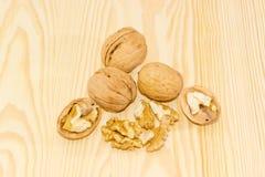 Несколько грецких орехов на деревянной поверхности Стоковое Изображение