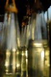 Несколько декоративных бутылок повешенных в заказе Стоковое фото RF