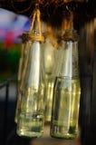 Несколько декоративных бутылок повешенных в заказе Стоковое Фото