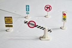 Несколько забавляются знаки уличного движения на дисплее на чистом листе бумаги Стоковое Фото