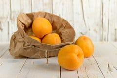 Несколько зрелых абрикосов в сумке kraft еда здоровая Стоковая Фотография