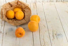 Несколько зрелых абрикосов в сумке kraft Стоковая Фотография