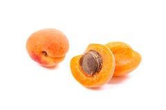 Несколько из сжатых абрикосов всех и уменьшанных вдвое на белом backgrou Стоковые Фотографии RF