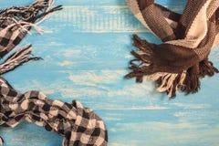 Несколько картин для шарфов и много цветов на таблице, шарфе зимы a необходимы больше Стоковые Изображения RF