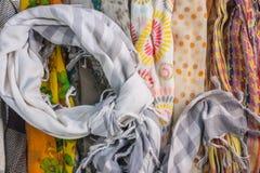 Несколько картин для шарфов и много цветов на таблице Стоковое Изображение