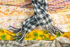 Несколько картин для шарфов и много цветов на таблице Стоковые Фотографии RF