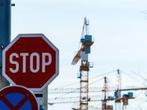 Несколько кранов конструкции на строительной площадке Стоковые Фото