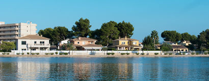 Несколько домов приближают к пруду Стоковое Изображение